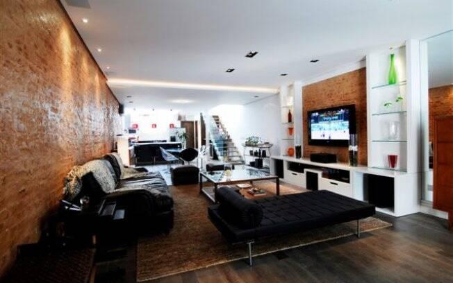 No projeto da arquiteta Marina Conde funcionalidade é o que não falta. Ela usou móveis estratégicos, como o sofá da sala e a bancada da cozinha, para delimitar os espaços
