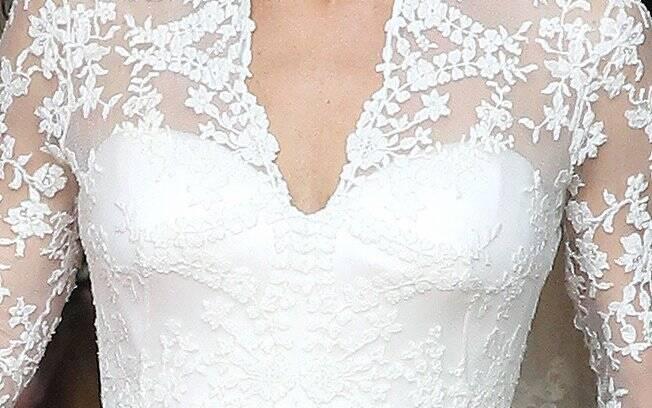 Aplicada à mão pela Royal School of Needlewoork, a renda cobriu todo corpo do vestido, que recebeu renda inglesa Cluny e francesa Chantilly
