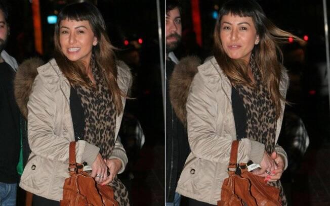 Sabrina Sato na saída do restaurante, já com uma echarpe, que cobria a barriga