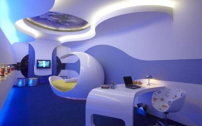 Com inspiração espacial, a atenção do ambiente se volta para a cama, com design diferenciado