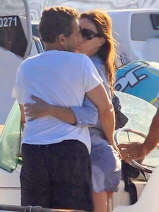 Carla Bruni e Sarkozy se beijam no iate