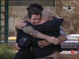 Cris, Mau Mau, Rodrigão e Diogo se abraçam na área externa