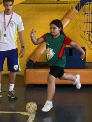 Brenda começou a jogar futebol há um mês, seguindo os passos da mãe. Professor incentiva exercícios para a musculatura antes do treino