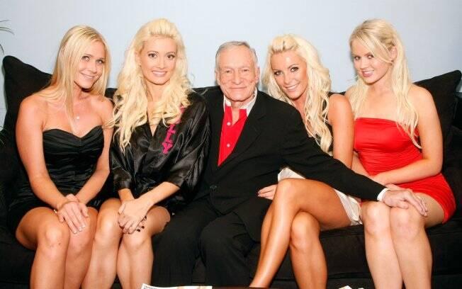 Hugh Hefner cercado por suas ex-namoradas. Entre elas, sua ex-noiva, Crystal Harris (a sua esquerda)
