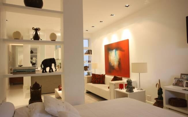 No apartamento projetado pelo escritório Kaif Arquitetura, a cama também serve de chaise na hora de ver TV