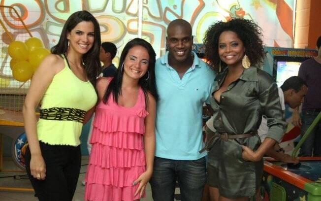 A aniversariante com os convidados Mariana Leão, Brunninha e Rafael Zulu