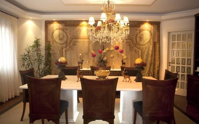 Bolas de Natal e piões dourados enfeitam o lustre da sala de jantar de Marco Antônio de Biaggi
