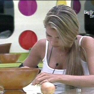 Adriana ajuda Daniel a preparar o almoço