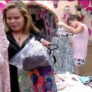 Sisters observam as roupas enviadas pela produção