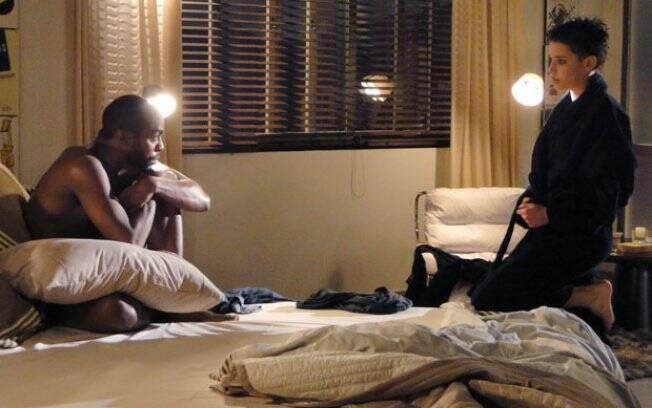 Depois de transar, André descarta dormir ao lado de Leila e a manda para casa