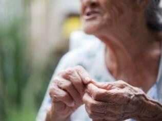 As mãos de Maria José, desde menina, cultivam uma horta caseira.