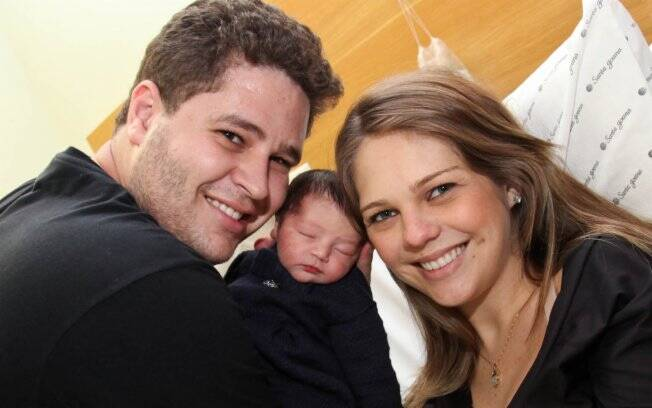 Pedro Leonardo e Thais Gebelein apresentam a filha, Maria Sophia