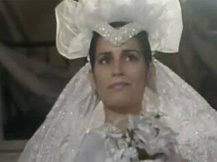 Fátima (Glória Pires) entra na igreja em