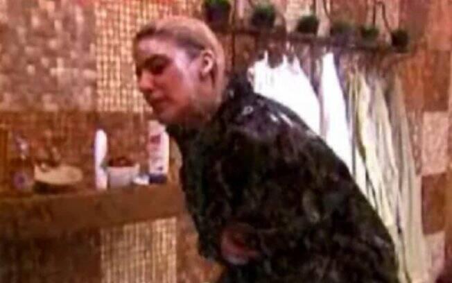Danni Carlos toma banho vestida com capa de chuva