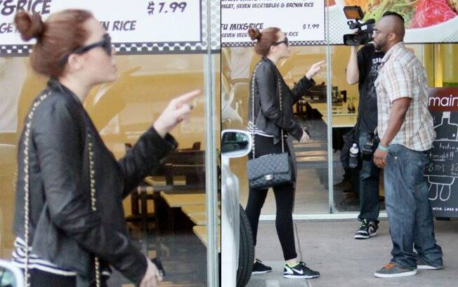 Miley Cyrus aponta o dedo na cara do paparazzo