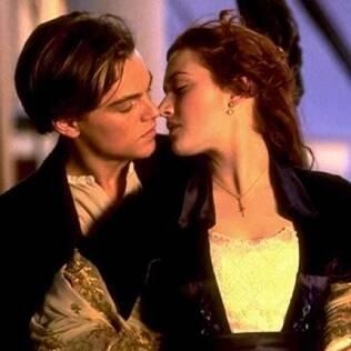 O beijo entre Leonardo DiCaprio e Kate Winslet, no filme