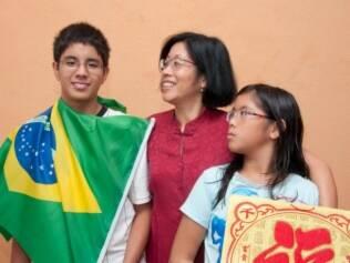 Ling, a mãe-tigre, com os filhos Thomas, 16, e Nina, nove anos: além de falar português, a menina é fluente em chinês e inglês