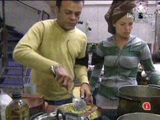 Daniel e Diana aquecem o jantar no Lado B