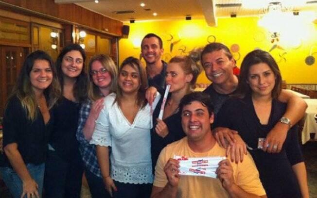 Preta Gil, Carolina Dieckmann, Fernanda Paes Leme, Bruno De Luca e David Brazil juntos em uma churrascaria no Rio de Janeiro
