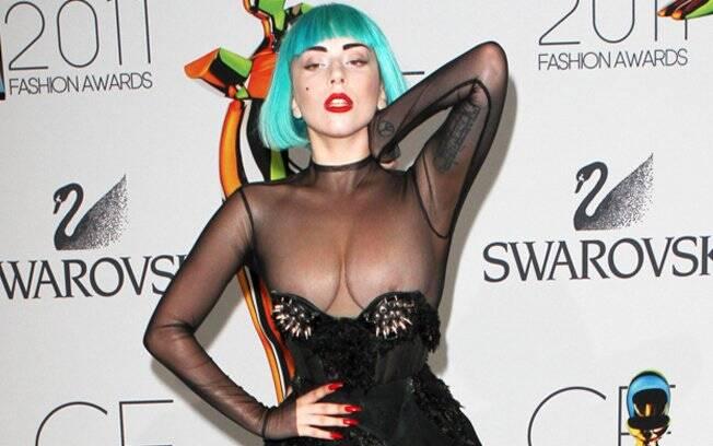 Lady Gaga exagerou na pose no tapete vermelho e acabou exibindo os seios para as lentes dos fotógrafos