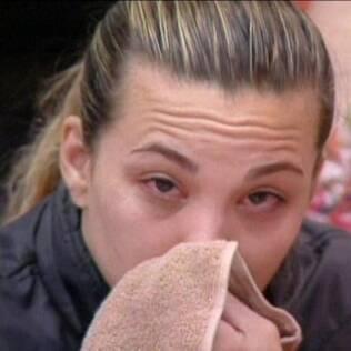 Michelly chora como uma criança e Natália tenta ajudar a amiga