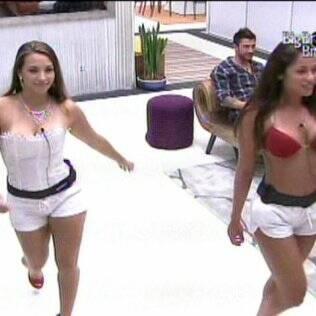 Michelly e Maria desfilam na sala
