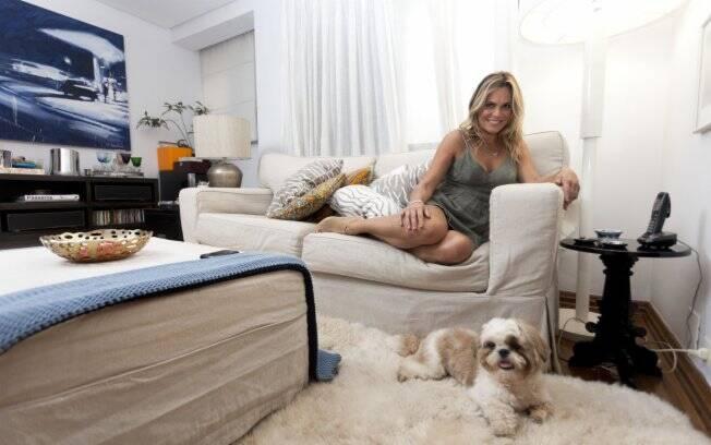 Fernanda Barbosa gasta horas no sofá ouvindo música e bebendo vinho ao lado do filho Pedro, do namorado e do inseparável cachorrinho Cheetos