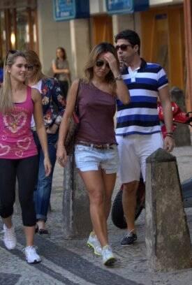 ... Mais esportiva, Sabrina Sato passeia de shortinho jeans e tênis de  corrida. Foto  ed6057224d