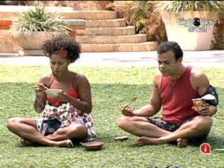 Enquanto se deliciam com sorvete, Janaina e Daniel conversam sobre Paula