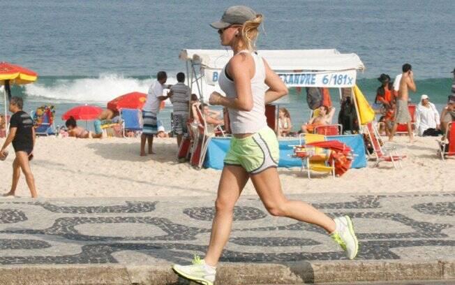 Fiorella Mattheis em ação. Depois do cooper, ela praticou ioga
