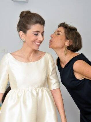 Alessandra, no dia de seu casamento, e a irmã Consuelo: cores claras e linhas discretas no vestido