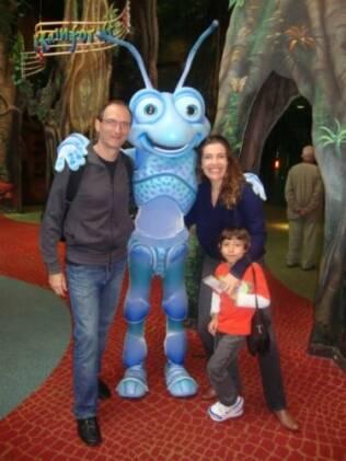 Na Disney, Britto Jr., a mulher, Fernanda, e o filho Arthur encontram Flik, do desenho