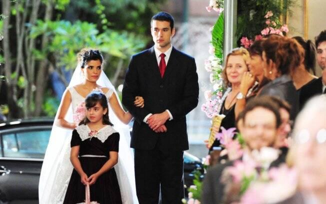 Celeste entra na igreja amparada pelo irmão, Marcos (Sergio Marone)