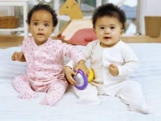 Clínicas procuram doadores de sêmen e óvulos negros, orientais e loiros de olhos azuis