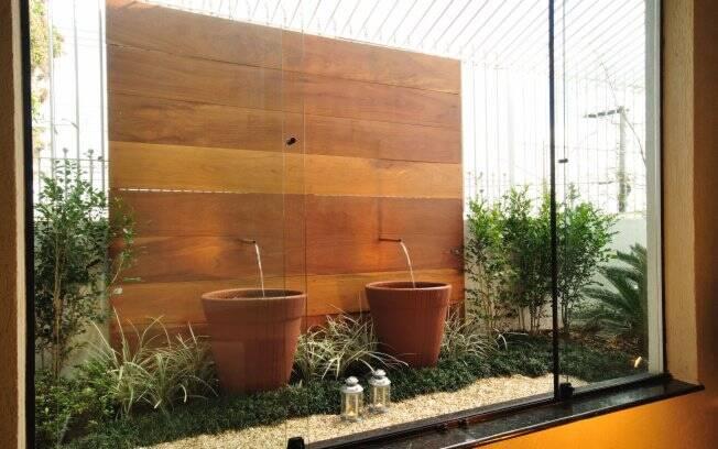 Os dois vasos cerâmicos foram preenchidos com cimento e possuem um registro para esgotamento da água, o que facilita a troca semanal do líquido
