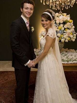 O vestido off-white, feito com seis rendas e courol, criado pela estilista Emannuelle Junqueira, foi a escolha de Sandy para o casamento dela, em 2008