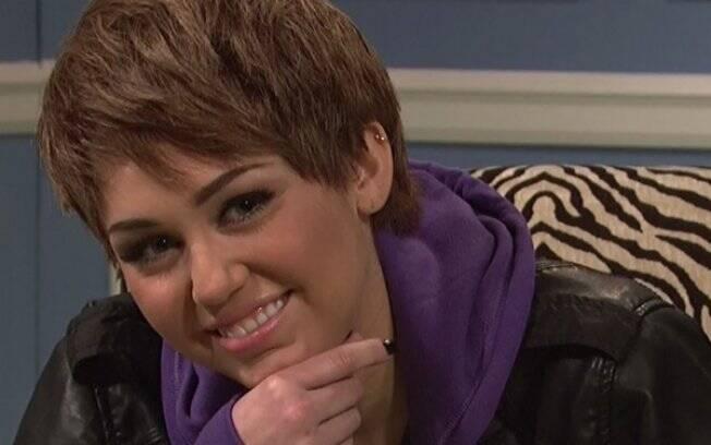 Miley Cyrus caracterizada como Justin Bieber no