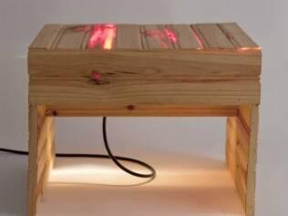 Uma das criações da HÁZ Design é a Mesa Luz, peça dedicada a leitura
