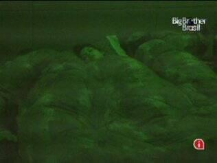 Rodrigo divide cama com Talula e Ariadna