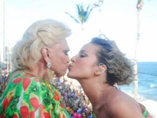 Hebe Camargo dá seu famoso selinho em Claudia Leitte durante a folia de Salvador