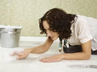 Para prevenir, lave carpetes e tapetes a cada seis meses ou um ano dependendo da cor