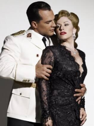 Daniel ao lado de Paula Capovilla, que interpreta Eva