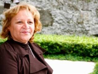 Maria Córnelio também venceu o câncer de mama sem ter a mama reconstruída. Ela esbanja saúde.