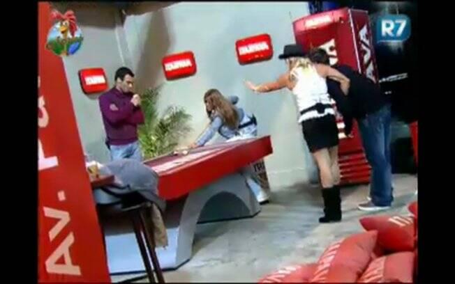Peões se divertem na sinuca e Duda incentiva Raquel no jogo