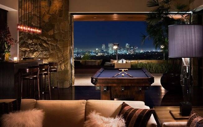 A casa tem salão de jogos com mesa de bilhar vintage e vista para Los Angeles