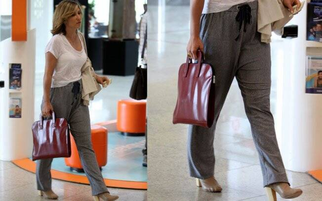 Com o objetivo de estar confortável para uma viagem de avião, Beth Goulart errou ao usar botas de couro com calça saruel tipo pijama