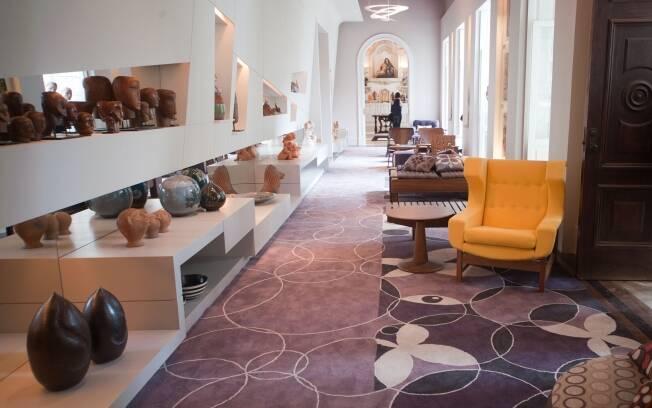 As telas pintadas por Duke Capellão inspiraram as estampas do tapete que dá unidade à Galeria da Casa Cor Rio de Janeiro