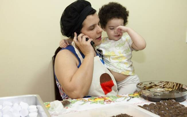 Luciana d'Agosto toca a Doces da Lu e administra a casa e a família ao mesmo tempo