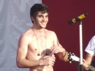 Devido ao calor de Salvador, Fiuk fez a alegria das fãs e se apresentou sem camisa