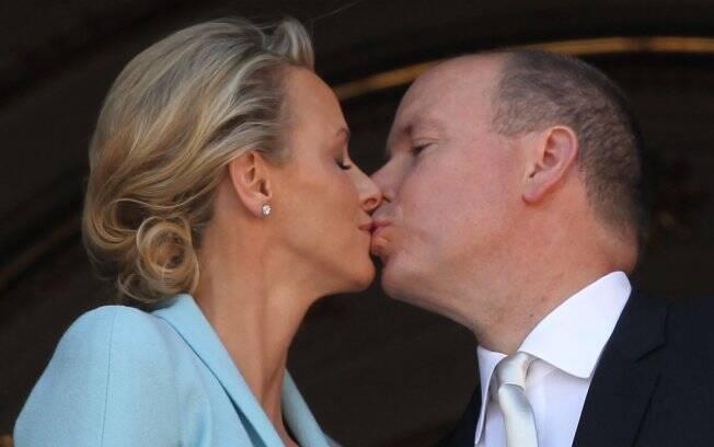 Príncipe Albert II de Mônaco beiija a Princesa Charlene de Mônaco na varanda do palácio